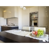 cozinha planejada com balcão na Vila Medeiros